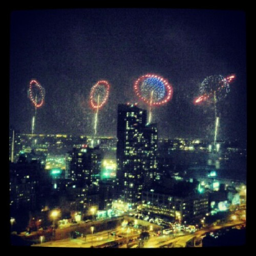 Manhattan, New York Hudson river fireworks LIVE! I'm all smoked up here, my glass picture frames on the walls are resonating, people screaming on the ground, cars are makin noise! Omg its so close, beautiful. That's what we call a party. US gov, we need more of this. S/O to Spanish Fiesta thang… #MilanaMay #party #independenceday #4july #fireworks #holiday #celebration #people #hudson #manhattan #newyorknow #newyorkcitylive #rimessquare #crowd #crazy  (Taken with Instagram)