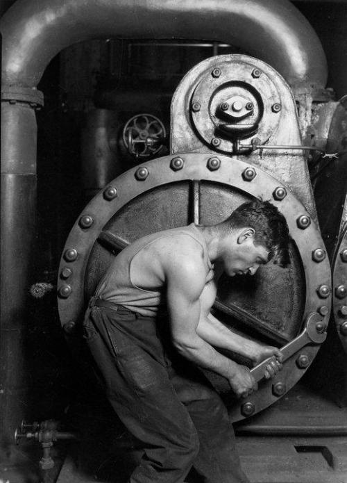 Lewis Hine: Power house mechanic working on steam pump (1920)