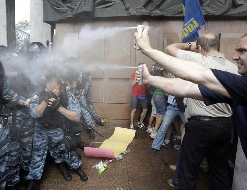 fuckyeahdementia:  In Soviet Russia the protesters pepper-spray the police (ukraine actually)