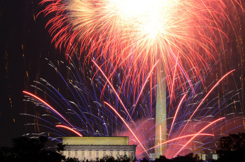 Fireworks in front of the Lincoln Memorial and Washington Monument (by WilliamMarlow)