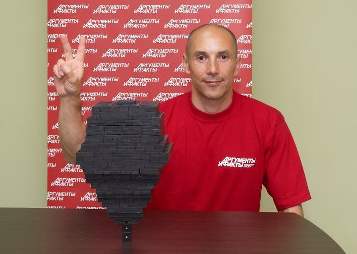 World Record - 1,036 dominoes balanced on 1 dominoe piece! Guiness Book Of Records - Alexander Bendikov displays his extreme balancing ability stackingrecord breaking 1,036 dominoes onto a single upright piece. Impressive!