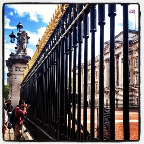 Honey, I found a front gate I REALLY like!! @billbymel #buckinhampalace #london2012 #travel #instagramhub #photooftheday #picoftheday #instahub #igers #webstagram #photochallenge #instagramUK@billbysea  (Taken with Instagram)