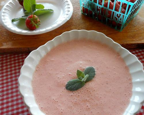 mothernaturenetwork:  Recipe: Strawberry soupHalfway between a milkshake and dessert, this versatile soup can be slurped through a straw or frozen into fruit pops.  Nice!