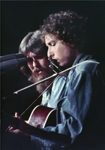 angelophile:  Bob Dylan and George Harrison, at The Concert for Bangladesh, Madison Square Garden, NYC, August 1971    As always, you got the best stuff. Wow.