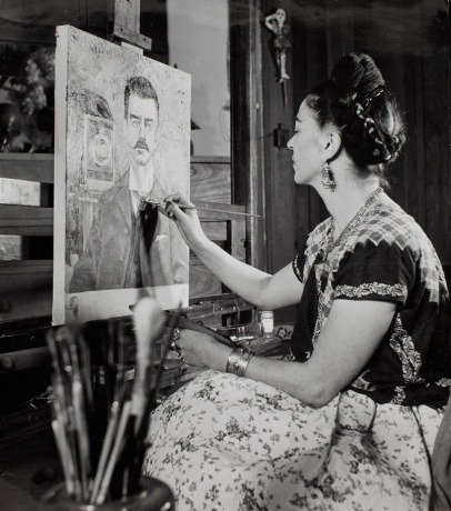 Frida painting a portrait of her father, ca. 1951 via Vogue Culture.
