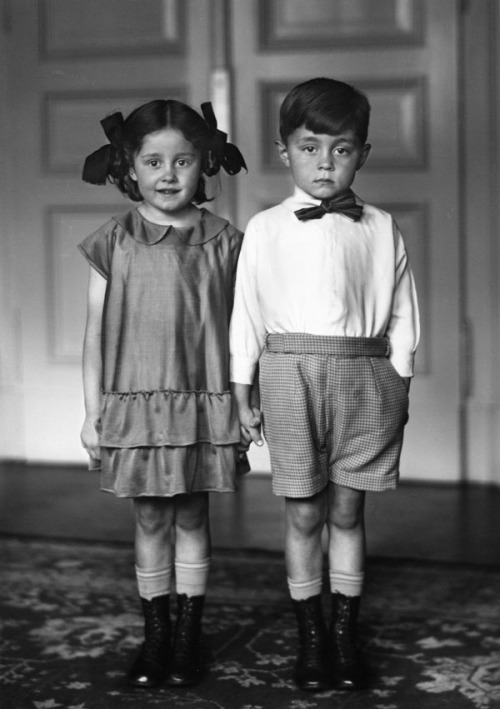 August Sander, Middle Class Children, 1922