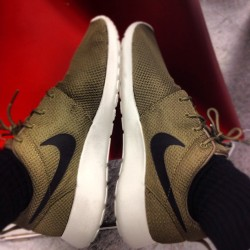 Lunch break. #work #roshe #nike #swoosh #rosherun #HM #iguana  (Taken with Instagram at H&M)