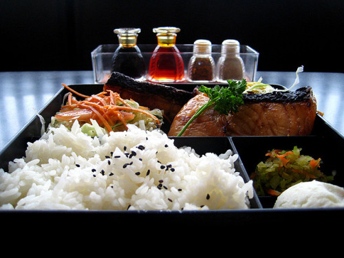 pamandjapan:  鮭弁当 (Sake Bento) Sake Bento is a simple type of bento with a slice of broiled salmon as the main dish.