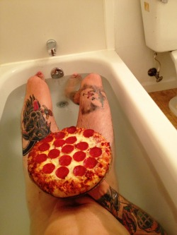 black-eye-blues:  iliveforaliving:  black-eye-blues:  romantic tub time with my babe  I'd love to eat your pizza.  THIS ALMOST HAS A THOUSAND NOTES