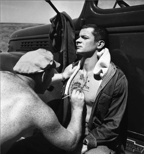 """kvetchlandia:  Emile Savitry  Serge Reggiani se fait tatouer par A. Trauner, """"La Fleur de l'âge"""" de Carné-Prévert   1947"""