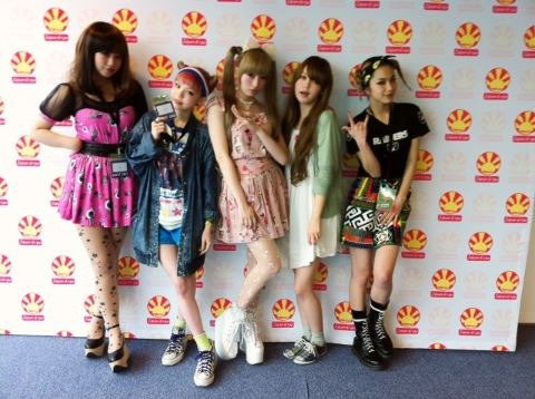kyary:  the zipper babes are REUNITED    Saw Una in Harajuku last week. Her hair is awesome right now. :-)