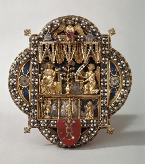 aleyma:  Morse (clasp for a liturgical cope) with the Annunciation, made in Europe in the 13th century.