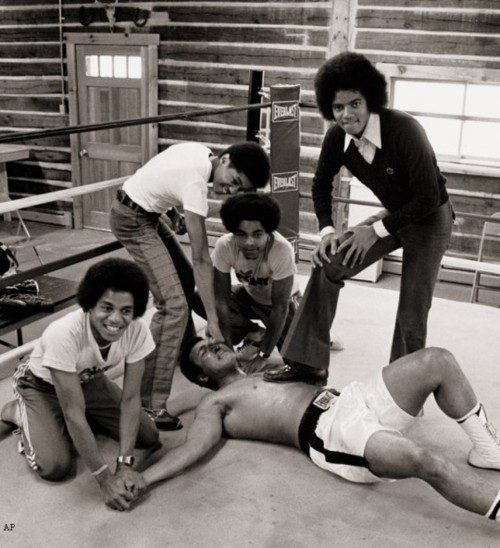 adlac:  Muhammad Ali VS Jackson five   More like tha Jackson 4…just saying.  I assume the 5th is taking the picture…Imagine a time you didnt know what a picture looked like in 3 seconds but at least hours….