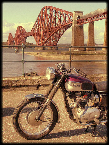 tamaengineering:  (酒 レーサー (Sake Racers): Triumph Bonneville by the Forth Rail Bridgeから)