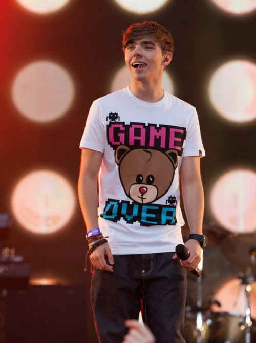 wantingxoxo:  i just love his shirts (: