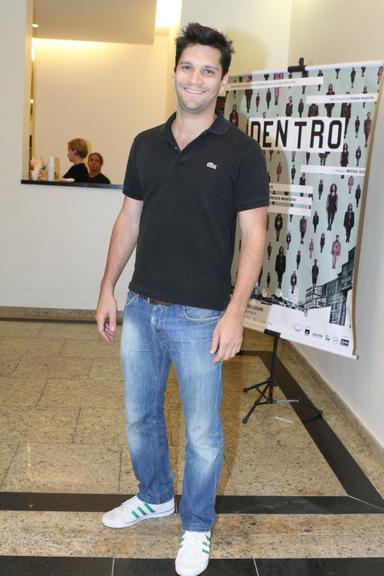 Armando Babaioff esteve na estreia da peça &#8216Dentro&#8217, da Cia. Pequena Orquestra, no Teatro Ipanema, que reabriu nesta segunda-feira, 2, após período de reformaFonte: Revista Caras
