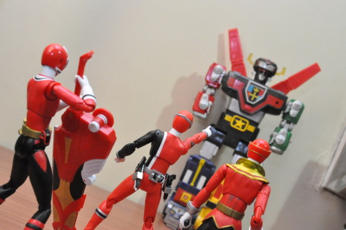 nobodyxaldyn:  A new challenger appears!  Three great Reds, vs Voltron!  AWWW YEAAAH.