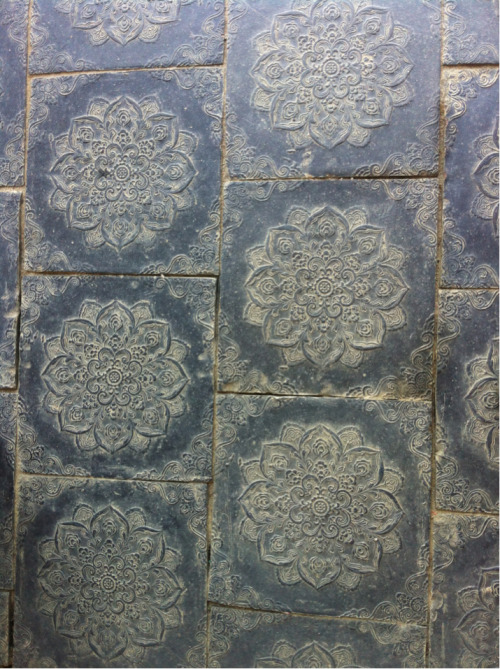 Beautiful tiles at Haien-sa.