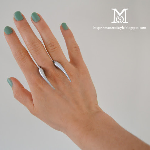 DIY Floating Claw Ring Tutorial from A Matter of Style here. Really easy, clever and cheap DIY (and a link where to buy really cheap chili pepper beads)