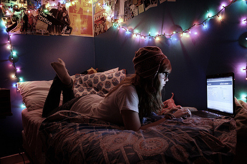 (via apple, beanie, bed, bedroom, brunette - inspiring picture on Favim.com)