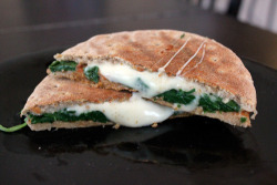 breathe-inoutlove:  onto-step2:   Spinach Pizza Panini 185 calories  omg  mmmmmmmmmm