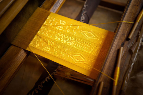 (via The Largest Piece of Golden Spider Silk Cloth In The World | Yatzer)