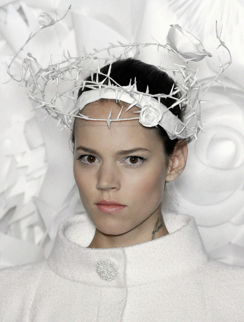 "For Chanel's S/S 2009 fashion show, Katsuya Kamo created elaborate headpieces using white office paper. Kamo states the whole process took only ""six or seven helpers, three weeks, and two packets of 11 x 17 office paper."""