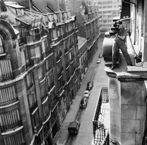 criterioncollection:  Cinematographer Raoul Coutard shoots BREATHLESS from a Paris rooftop.