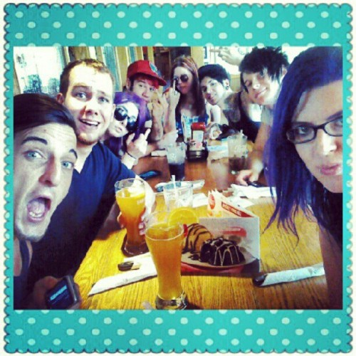 Lunch time w the crew! @doctordrew420 @mulrizzle @lauraestrada666 @drummachinela @vajennaryan @jayyvonhatesyou @aussie_roxxx