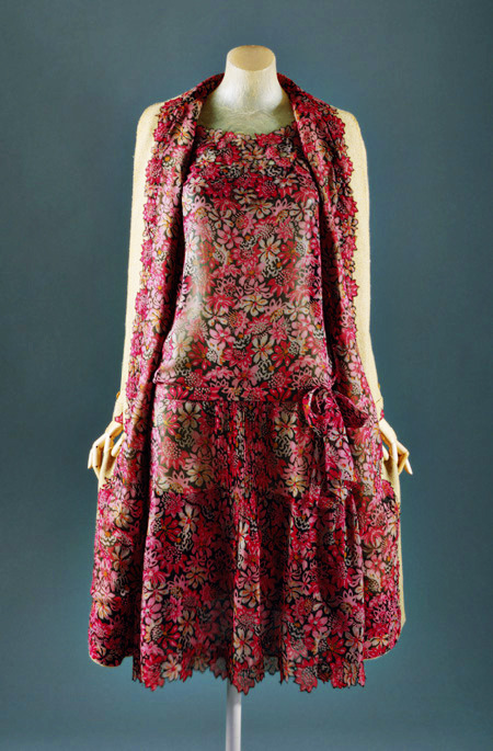 "fuckyeahfashioncouture:  Day ensemble, ca. 1927 Gabrielle ""Coco"" Chanel  Silk, wool"