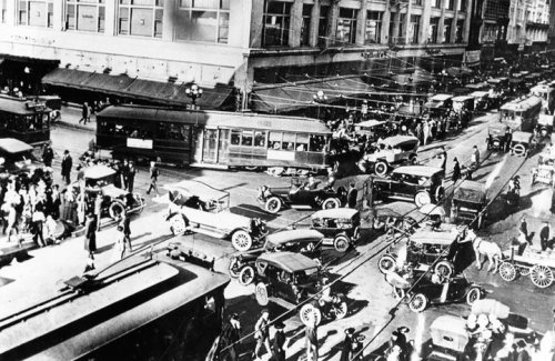 EPIC traffic jam on 7th Street and Broadway in 1909. Note the horse drawn carriage. lol