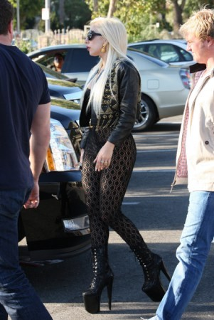 justicescalia:  ladyxgaga:  Lady Gaga spotted at Starbucks in Los Angeles  YES, BITch