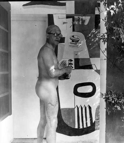 Le Corbusier at work in Le Cabanon. Le Corbusier à l'oeuvre au Cabanon.