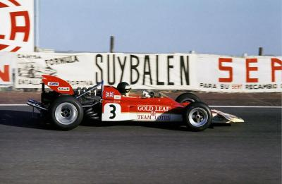 up close & personal … Jochen Rindt in his first outing in the (yet another) revolutionary Lotus, the 72apart from its new overall shape which improved speed & air intake the car featured side mounted radiators & inboard brakes, both still standards of the day Lotus would compete with the cars in various versions (ranging from the original 72 upto the 72F) from 1970 until 1975 taking 3 constructors titles, 2 drivers titles & 20 Grand Prix victoriesthe 72 modernised F1 even more than its predecessor, the 49 & was the first car to look more or less like a modern day F1 car Jochen Rindt, Gold Leaf Lotus-Ford 72, 1970 Spanish Grand Prix, Jarama