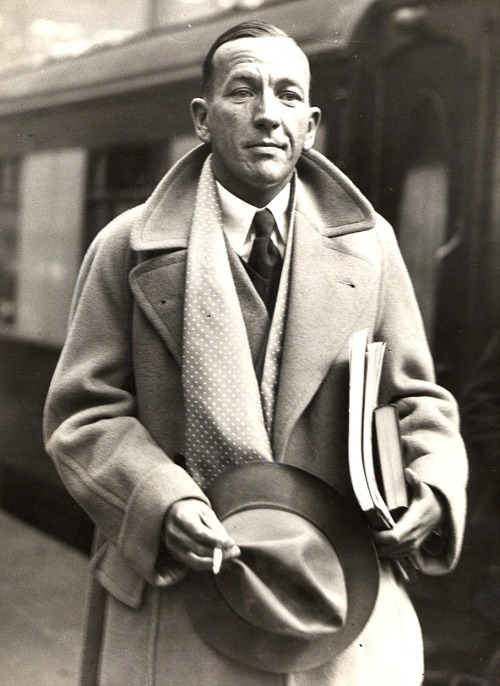Noël Coward at Waterloo Station in 1937.