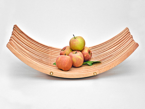 Wooden clothes hangers give this fruit bowl a bit of upcycle love. Elegant, modern, and all natural, reusable awesomeness. - Team Forrage