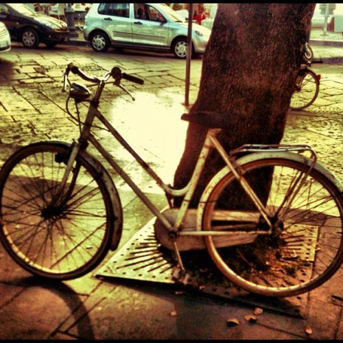 #simply … a #bike on a #street in the #sunset ( #colore_italiano #iphonesia #instagood #iphoneonly #igersitaly #instagramers ) (Scattata con Instagram)