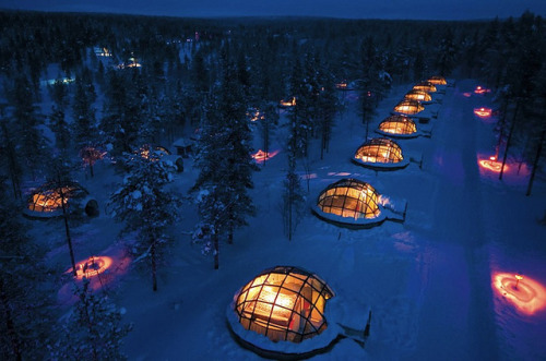 visitheworld:  Watching the northern lights from glass igloos in Kakslauttanen, Finland (by pullpusher).