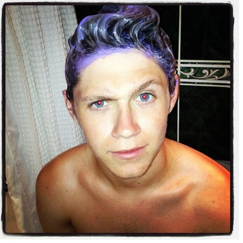 Niall dying his hair. omg. His eyes though….