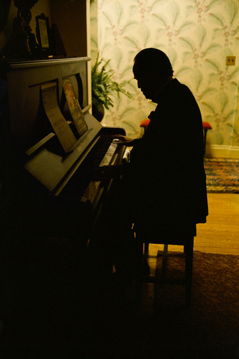 Marlon Brando en el set de rodaje de The Godfather tocando el piano. Molamiento máximo.  Brando at the Piano The Godfather, 1972 — Steve Schapiro