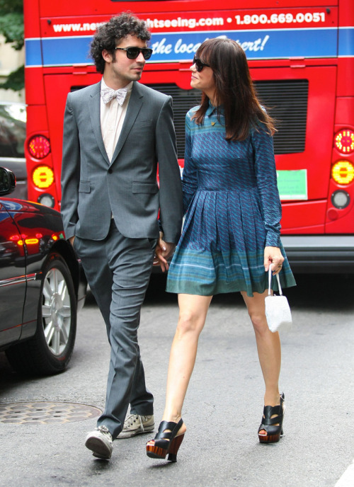 ac-z:  Kristen Wiig & boyfriend Fabrizio Moretti out in NYC, July 7, 2012.