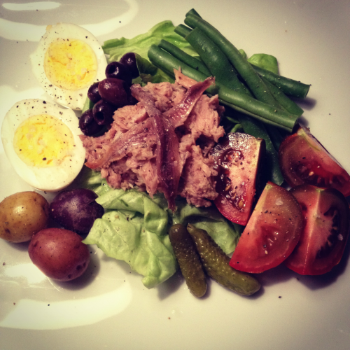 singlegirldinner:  Salade Nicoise, a perfect entree salad for the summer! Just make sure you use high-quality canned tuna, if you can. Oh! And try pee-wee potatoes—they look adorable on the plate. Imagine yourself eating this beachside on the French Riviera. Bon apetit!