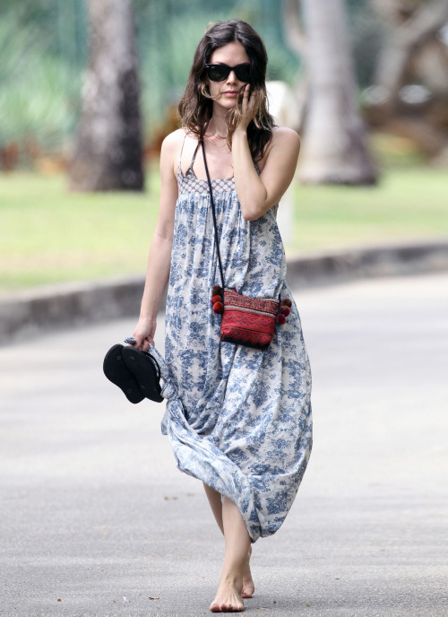 footblr:  Rachel Bilson walking barefoot