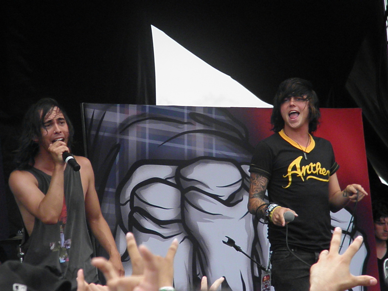 Vic Fuentes and Kellin Quinn singing King for a Day    Vic Fuentes Singing King For A Day