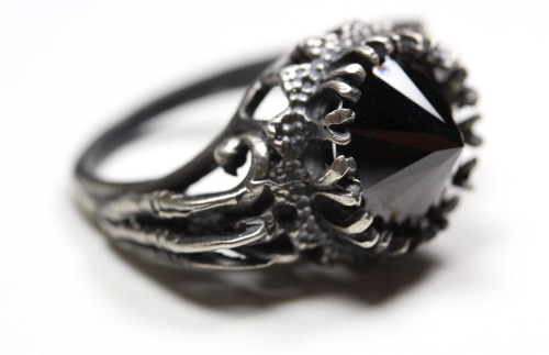 kittydoom:  bloodmilk:  belonging to the darkness. sterling silver ring with sparrow claws and inverted black cz. bloodmilk.  Gorgeous. Absolutely love Bloodmilk.