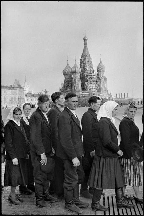 yeaverily:  Henri Cartier-Bresson, People in line to visit Lenin's Mausoleum, Red Square, Moscow, 1954.