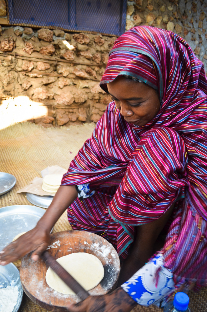 Mama Muntaz making chapati. Photography by mollyinkenya.
