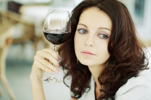 Drinking at Least 3 Glasses of Wine Weekly More Than Halves the Risk of Arthritis Moderate consumption of alcohol may reduce the risk of developing rheumatoid arthritis by half, according to a new study. The study found that women who regularly indulge in more than three alcoholic drinks a week for at least 10 years have about 52 percent less likely to develop the condition compared to non-drinkers. Learn more