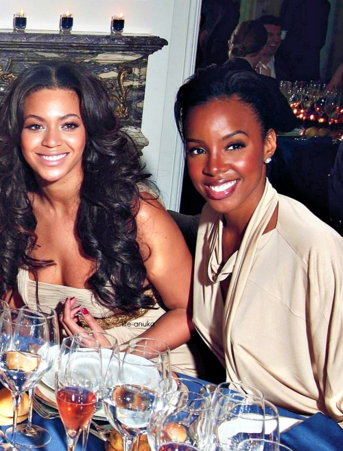 blackgirlsrpretty2:  super-eklectic1:  omg Bey's hair! Kelly's skin!  I need to have a chit chat with Beyonce's stylist and ask her what she does to them lace fronts to make them look so natural…