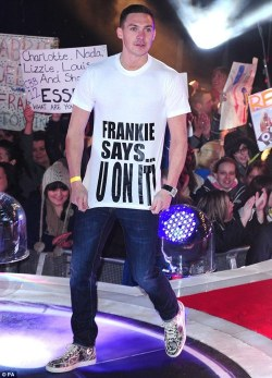 olly-frankie-joanne:  kirk coming back onto big brother with his top for frankie!! :D bromance